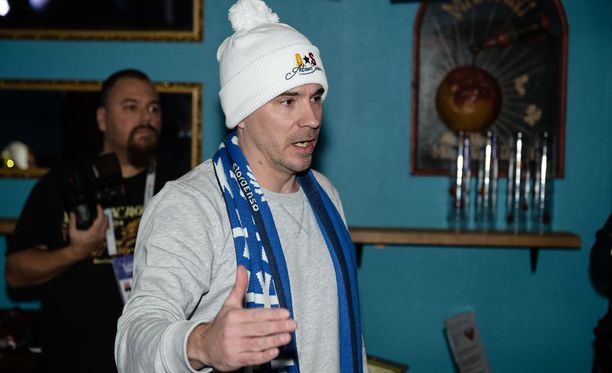 Aleksi Valavuori esitteli Lahdessa Adrian Solano -pipoja, joiden myynnillä on määrä tukea suomalaista junioriurheilua.