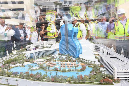 Hotellitornin pienoismalli esillä rakennustöiden avajaistilaisuudessa.