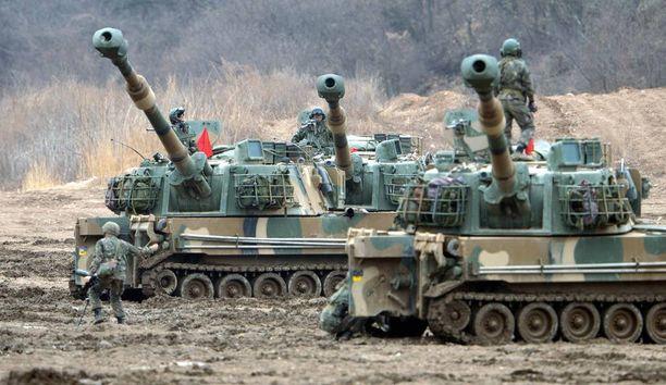 Etelä-Korean K9-panssarihaupitseja ampumassa Hoguk-sotaharjoituksessa marraskuussa 2014.