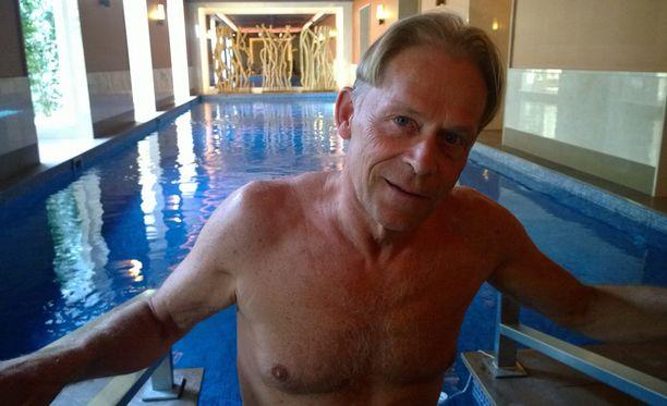 Topi Sukarin asunnossa on 250 neliötä. Kiinteistössä on saunaosasto, 25 metrin uima-allas, poreamme ja oma kuntosali.