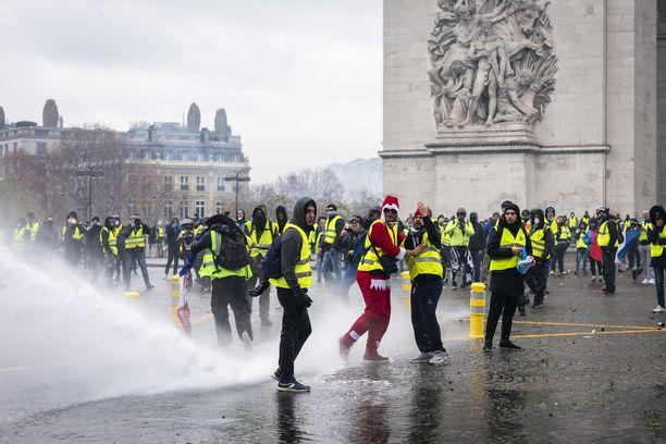 Keltaliivit kerääntyivät viime viikonloppuna muun muassa Riemukaarelle Pariisin keskustaan.