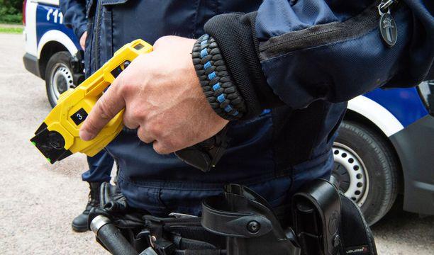 Poliisimies perusteli oikeudessa etälamauttimen käyttöä muun muassa sillä, ettei kiinniotettava totellut käskyä mennä maahan makaamaan (arkistokuva).