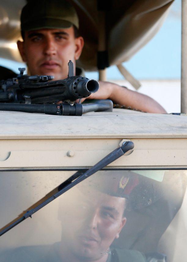 Aseistettuja Tunisian armeijan sotilaita on vartioimassa katuja Soussen kaupungissa.
