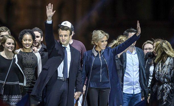 Emmanuel Macron ja hänen vaimonsa Brigitte Trogneux juhlivat vaalivoittoa sunnuntai-iltana.
