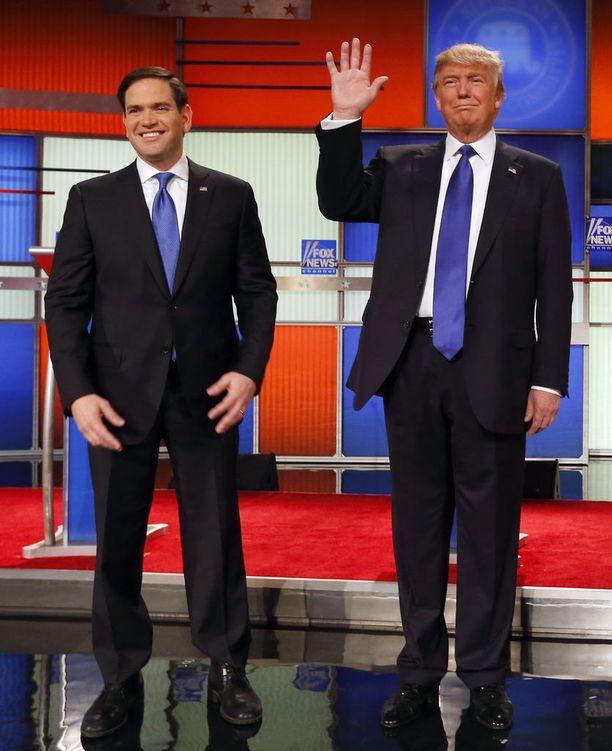 Republikaanisenaattori Marco Rubio vihjaili Trumpin käsien koon liittyvän hänen miehuutensa kokoon.