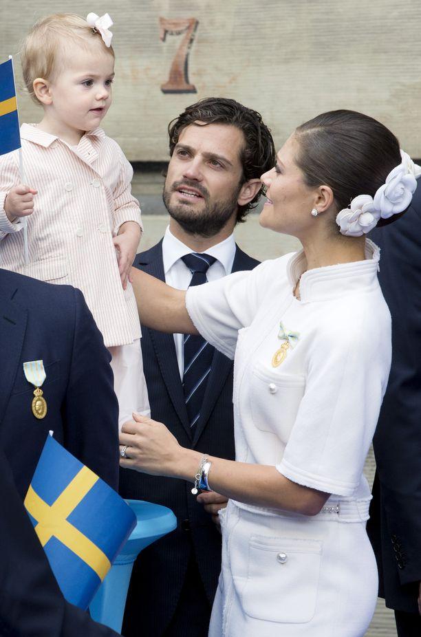 Prinsessa Estelle enonsa ja äitinsä opastuksessa syksyllä 2013..