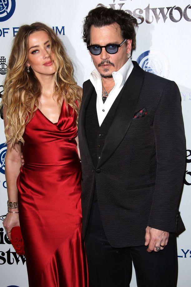 Amber Heardin ja Johnny Deppin myrskyisä suhde tuli päätökseensä vuonna 2016. Nyt sen jälkipyykkiä puidaan oikeudessa kahdessa maassa.