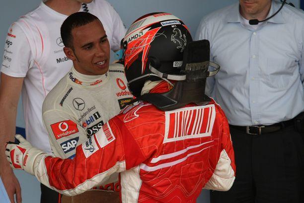Katkeran tappion kärsinyt Lewis Hamilton onnitteli Räikköstä rehdisti. Seuraavalla kaudella britti voitti ensimmäisen maailmanmestaruutensa.