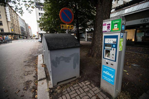 Tällä Kuninkaankadun automaatilla ei voi maksaa Hallituskadun pysäköintiä, koska kadut ovat eri maksuvyöhykkeillä.