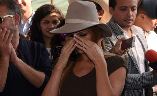 Paris herkistyi kyyneliin, sillä kotinsa menettäneiden ihmisten kohtalo järkytti häntä.
