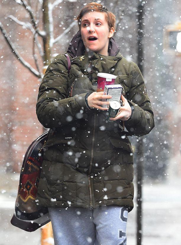 Lena Dunham bongattiin uudessa tukassa ja rennosti verkkareissa lumisateisessa Brooklynissa New Yorkissa.