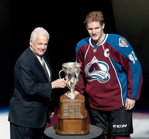 2013 Ralph Backstrom (vas.) luovutti parhaalle tulokkaalle jaettavan Calder Trophyn silloiselle voittajalle Gabriel Landeskogille.