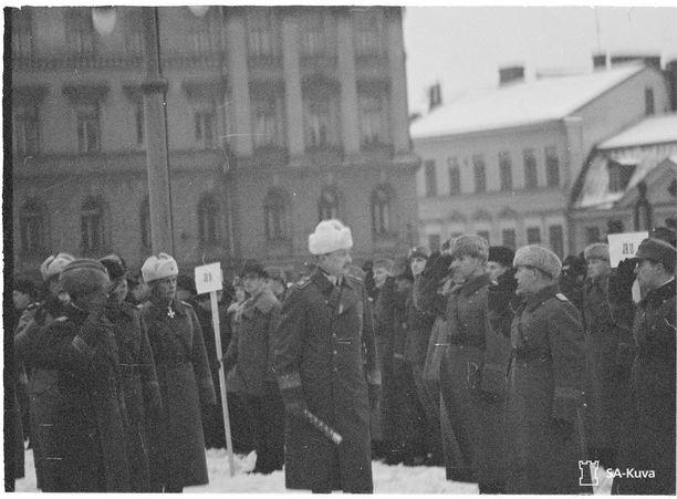 Itsenäisyyspäivän paraati Suurtorilla Helsingissä 1940. Marsalkka Mannerheim tarkastaa paraatijoukot.
