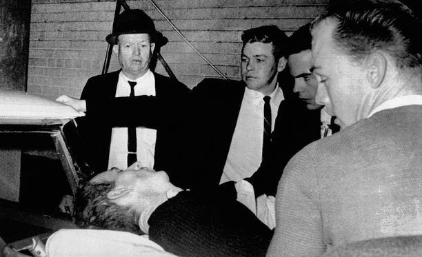 """Pahoin haavoittunelta Oswaldilta kysyttiin haluaako hän sanoa jotain """"ennen kuin on liian myöhäistä"""". Oswald pudisti päätään."""