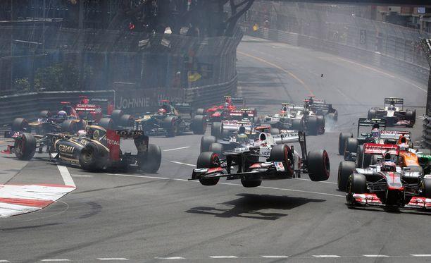 Monacon GP tunnetaan useista hurjista kolareista. Tähän malliin rytisi vuonna 2012 heti startin jälkeen.