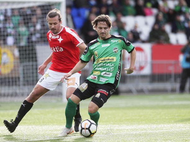 KPV:n Sebastian Mannström suojaa palloa.