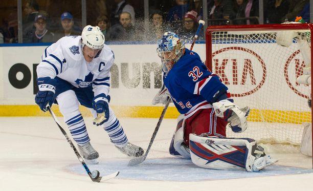 Maple Leafs -kapteeni Dion Phaneuf ei ohita New York Rangersin suomalaismaalivahti Antti Raantaa.