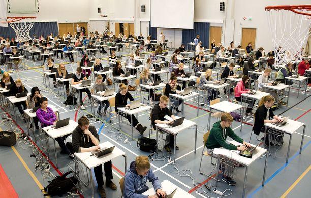 Kuvassa testataan sähköistä ylioppilaskoetta Ylöjärvellä. Kuvituskuva.