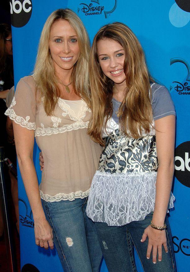 Tish-äidin kanssa vuonna 2006.