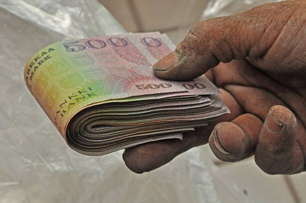 Kaikki sata seteliä olivat vuodelta 1975.