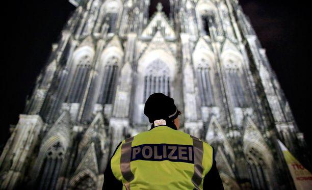 Poliisit turvasivat Kölnin joulumessua.