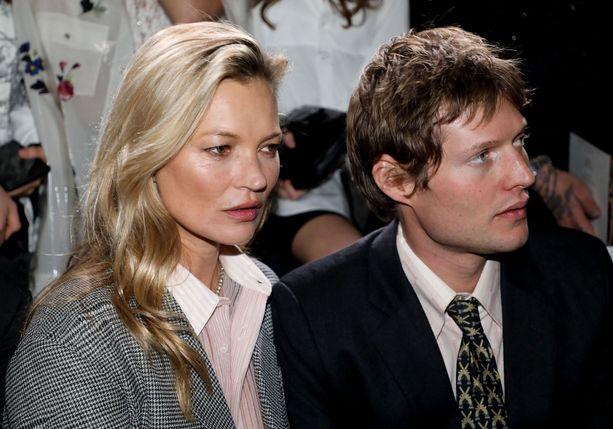 Kate Moss ja Nikolai von Bismarck muotinäytöksessä.