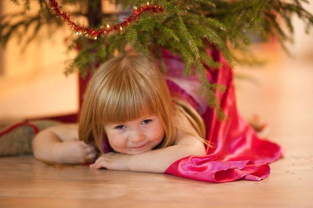 Muutama vuosi taakseppäin otettu kuva kun tyttöni odotti joulupukkia kuusen alla.