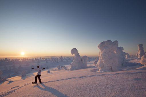 Tea Karvinen Riisitunturin kansallispuistossa. Maisema on talvella satumaisen kaunis.