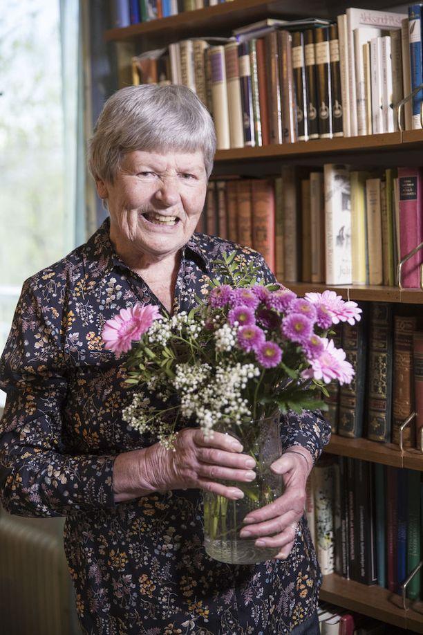 Laudaturin latinasta kirjoittaneelle Maija Sarakonnulle on tullut paljon onnitteluja ja kukkia.