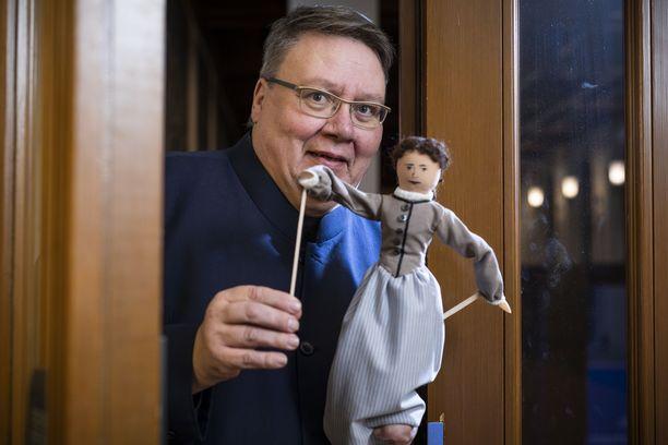 """Minna Canthista kertova """"Juhlitaan Minnaa"""" on Juha Laukkasen yhden miehen Sytkyt-nukketeatterin kiertävä esitys."""