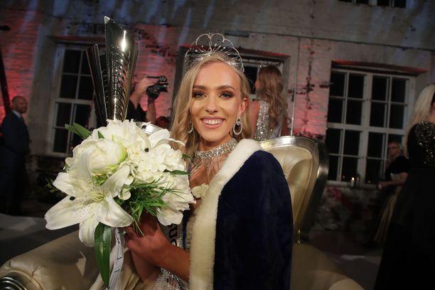 Anni Harjunpää oli yhtä hymyä Miss Suomeksi kruunaamisensa jälkeen.