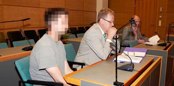 Mies vangittiin tiistaina epäiltynä räjähderikoksesta ja yleisvaarallisen rikoksen valmistelusta. Rauhallinen mies otti päätöksen vastaan tyynesti. Mies on vangittu viikoksi, jonka jälkeen pohditaan uudelleen, onko vangitsemista syytä jatkaa. Vangitsemisen peruste oli syytä epäillä.