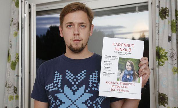 Surullinen ja huolissaan oleva Sergei Utkin etsii kadonnutta vaimoaan joka päivä.