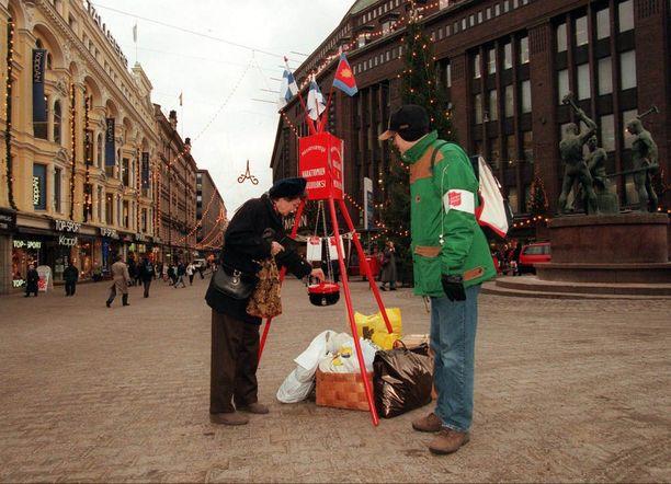 Joulupata-keräyksellä on Suomessa pitkät perinteet. Kuva vuodelta 1997.