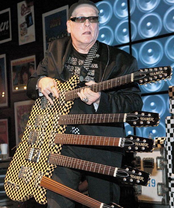 Iso skeba Amerikkalainen rockbändi Cheap Trick esiintyi Las Vegasissa ja osoitti, ettei yhtyeen kitaristille Rick Nielsenille riitä mikään tavallinen kitara.
