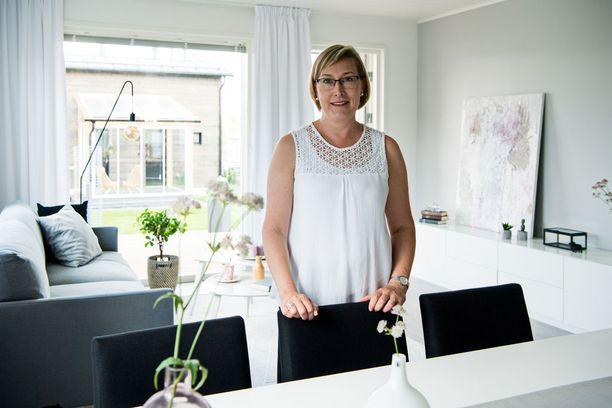Sari Helin kiertää ympäri Suomea tekemässä kotien sisustussuunnitelmia.