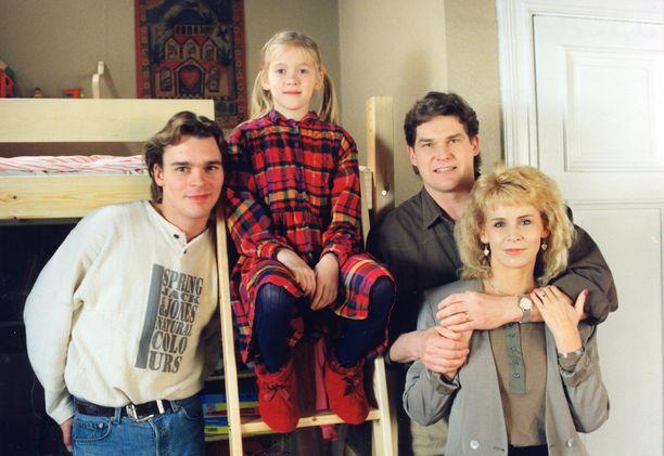 Kuvassa Kotikadun Luotolan perhe: Teemu (Ville Keskilä), Ninni (Elina Erra), Hannes (Risto Autio) ja Karin (Anitta Niemi). Kuva vuodelta 1995.