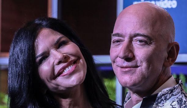 Amazonin perustaja Jeff Bezos uuden kumppaninsa Lauren Sanchezin kanssa.
