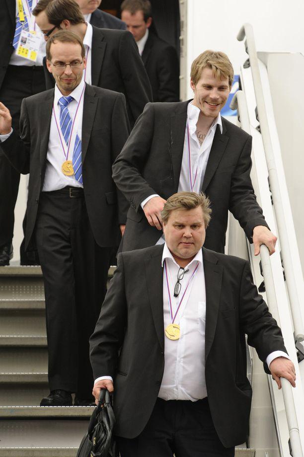 """Timo Jutila johti joukkuetta vuoden 2011 MM-kultakisoissa. """"Jutin"""" takana kaidetta pitää pystyssä puolustaja Anssi Salmela."""
