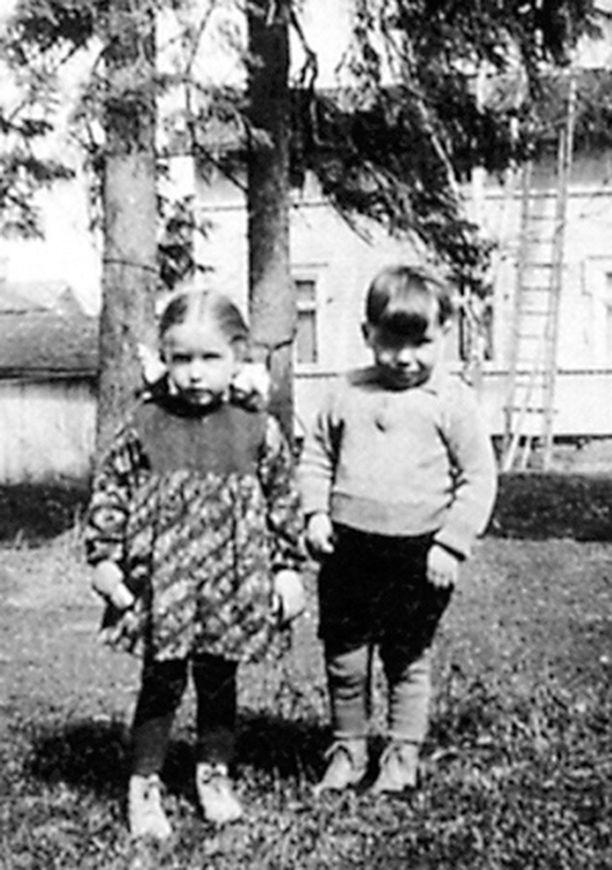 – Isosiskoni Marita syntyi neljä tuntia ennen minua. Ajattelemme Maritan kanssa monista asioista samalla tavalla, mutta mitään sen ihmeempää ei kaksosena syntyminen meille ole aiheuttanut. Tässä seisomme jatkosodan lopulla kotitalomme pihalla Kirkkokadulla. Meitä asui 20-neliöisessä huoneen ja keittiön asunnossa parhaimmillaan viisi ihmistä! Myöhemmin muutimme kivitaloon ja sain oman sängynkin!