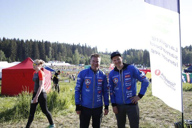 Raimo Helminen ja Pekka Saravo olivat yhtä hymyä sunnuntaiaamuna Jukolassa.