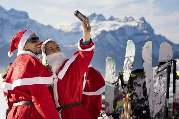 Sveitsissä pukki pääsi rinteeseen, ja selfiehän siitä piti muistoksi ottaa.