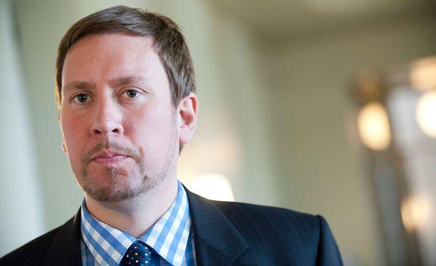 Vasemmistoliiton Arhinmäki puolustaa kohutaiteilijan mukanaoloa kampanjassaan.