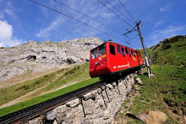 Junamatka ylös vuorelle kestää noin puoli tuntia. Alas tullaa jarrutellen, ja laskeutumiseen menee noin 40 minuuttia.