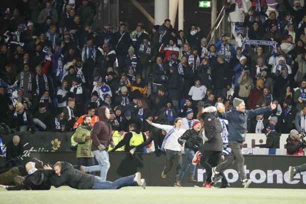 Tätä osasi moni odottaa jo etukäteen: Suomi voittaa, fanit ryntäävät kentälle ja sakkoja tulee.