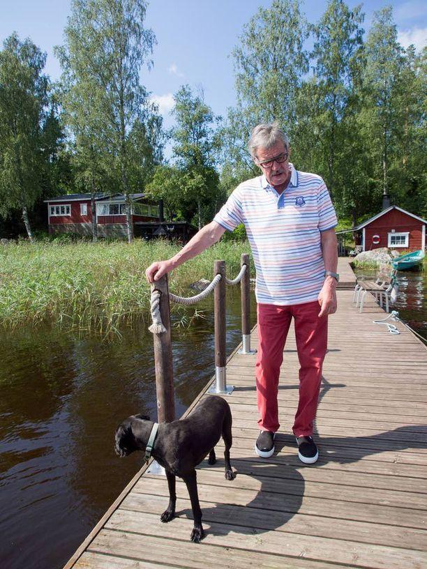 Tältä Aake Kallialan laituri näytti kesällä 2016. Mukana menossa Hönö-koira.