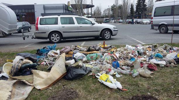 """""""Roskasakki"""" putsaa Hämeenlinnan Tiiriön alueen roskista vielä lopputyönään ennen muuttoa Hyvinkäälle."""