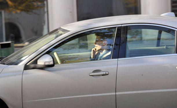 Suomalaiset puhuvat vaarallisen paljon auton ratissa.