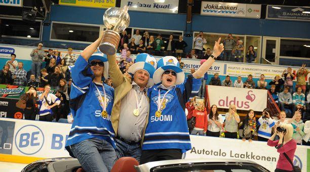Niko Hovinen, Pasi Nurminen ja Leo Komarov saapuivat jäähalliin avoauton kyydissä.