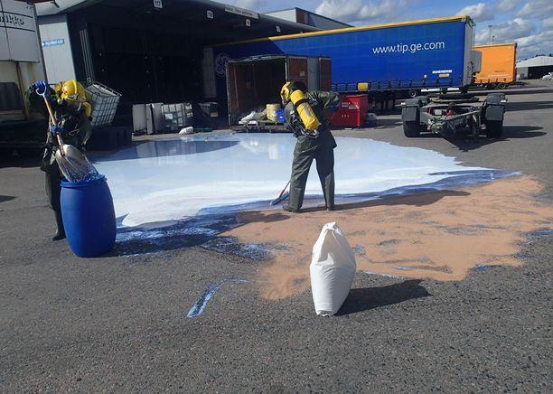 Pelastustyöntekijät keräsivät ainetta.
